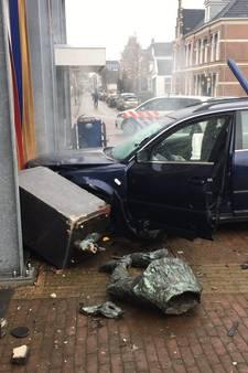 Video | Auto ramt 'Harlekijn' en gevel bij schouwburg Meppel