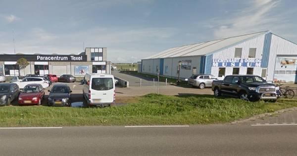 Twee parachutisten neergestort na botsing boven Texel.