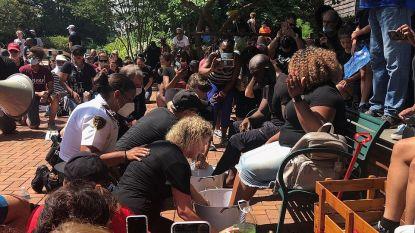 Witte agenten wassen voeten van zwarte geloofsleiders als daad van naastenliefde