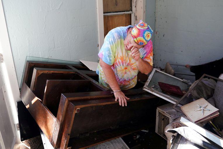 Mary Norris pinkt een traantje weg wanneer ze het verwoeste huis van haar vriendin helpt leegmaken in Mexico Beach, waar Michael aan land kwam.