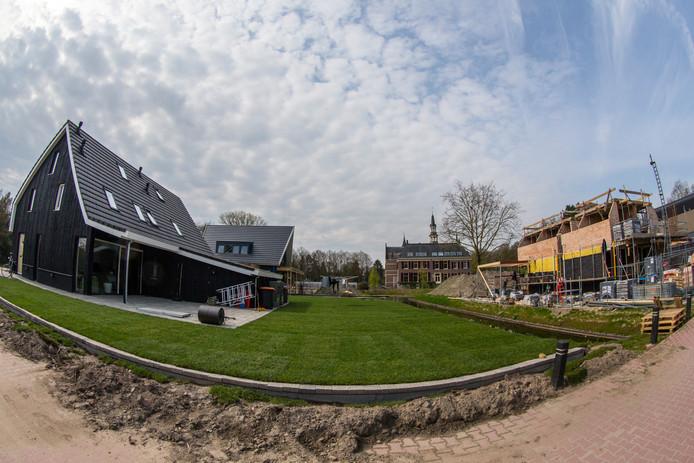 De eerste woningen op Kasteelpark de Cloese zijn gereed.  In het kasteel zelf  - te zien op de achtergrond- komen appartementen die later dit jaar in de verkoop gaan.