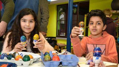 Leerlingen schilderen eieren voor zustergemeente Moldovita