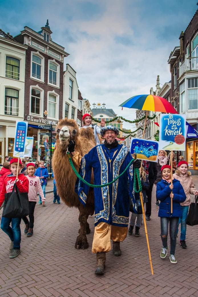 Een stoet van kinderen en een kamel trokken door de Goudse binnenstad ter promotie van de boekpresentatie van de Goudse schrijver Peter Lems.
