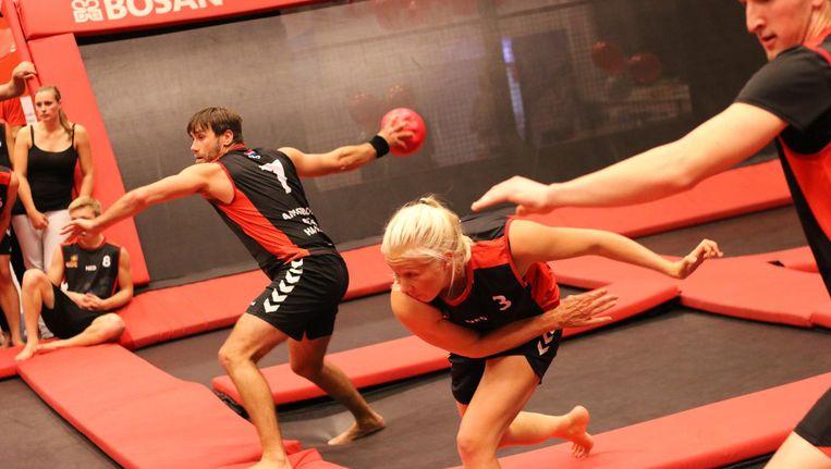 Fanatieke koppies tijdens het NK Dodgeball op trampolines. Beeld Bounz