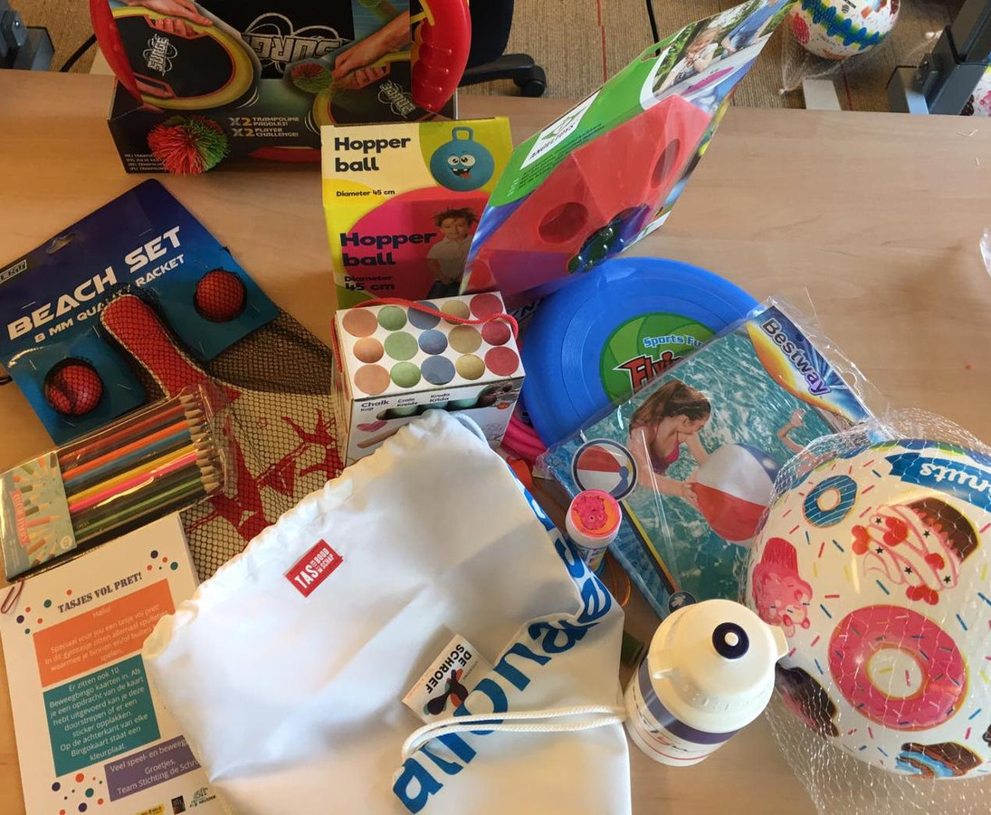 Kinderen uit arme gezinnen worden verrast met tas vol spullen om te bewegen.