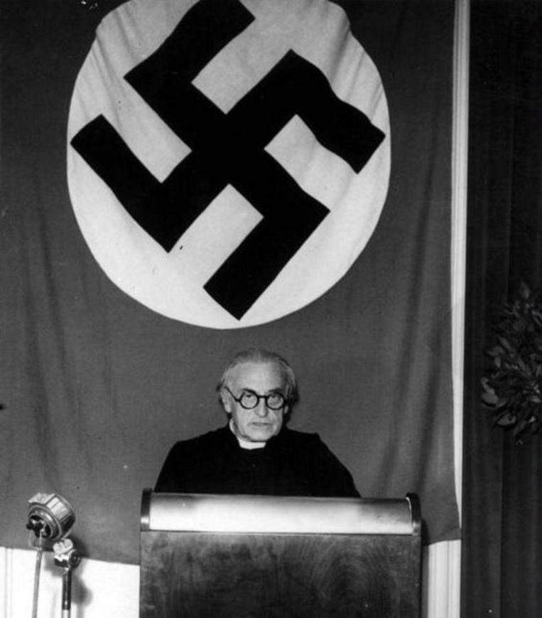 Priester Cyriel Verschaeve collaboreerde tijdens de Tweede Wereldoorlog en overleed in 1949 in Oostenrijk.  Zijn lichaam werd in 1973  in het geheim opgegraven door de extreemrechtse VMO en overgebracht naar Vlaanderen.