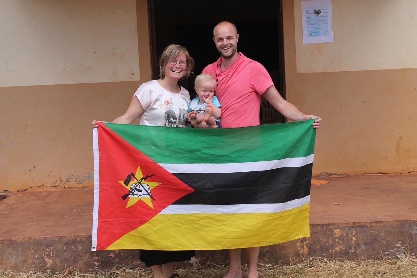 Leoni Wierstra-Boekestein (links) is met haar man en twee zoontjes twee maanden geleden geëmigreerd naar Mozambique.