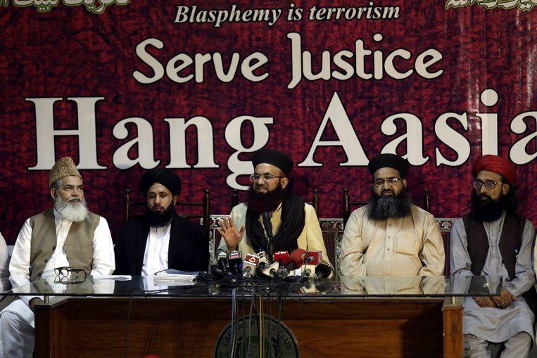 Het hoofd van islamitische politieke partij Tehreek-e-Labbayk Ya Rasool Allah, Asif Ashraf Jalali (midden) tijdens een persconferentie op 8 november waar hij de vrijspraak van Asia Bibi veroordeelde.  Beeld EPA