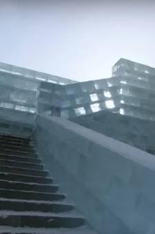 Freerunner stunt door stad van ijs