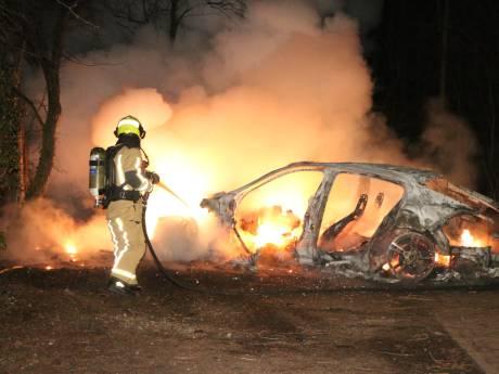 Peperdure Porsche brandt volledig uit