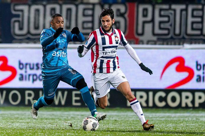 Ismail Azzaoui (r) in duel met Lerin Duarte van Heracles.