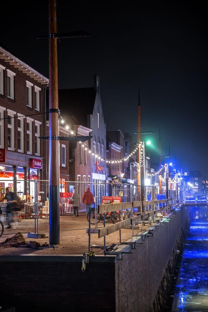 Zevenbergen - 13-11-2020 - Foto: Pix4Profs/Marcel Otterspeer - Het centrum van Zevenbergen wordt ondanks Corona toch in de sfeerlichtjes gezet voor de feestdagen.