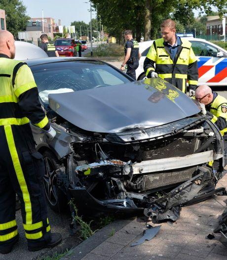Auto slaat over de kop door botsing in Breda, bestuurders gewond
