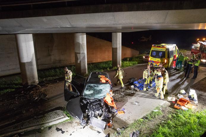 Een automobilist is dinsdagnacht zwaargewond geraakt bij een eenzijdig ongeval op de Ruimzichtweg net boven Zwolle, ter hoogte van het viaduct met de Hasselterweg. De auto alarmeerde zelf de hulpdiensten.