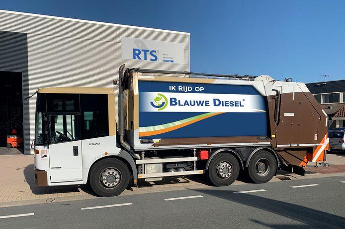 Met stickers op de zijkant van de vuilniswagen hoopt de gemeente Putten dat het goede voorbeeld wordt gevolgd.
