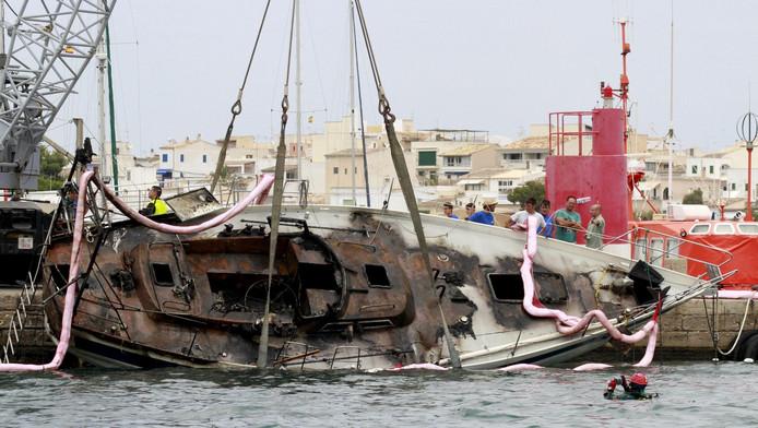 Reddingsoperaties halen de zeilboot uit het water in de Portocolom haven
