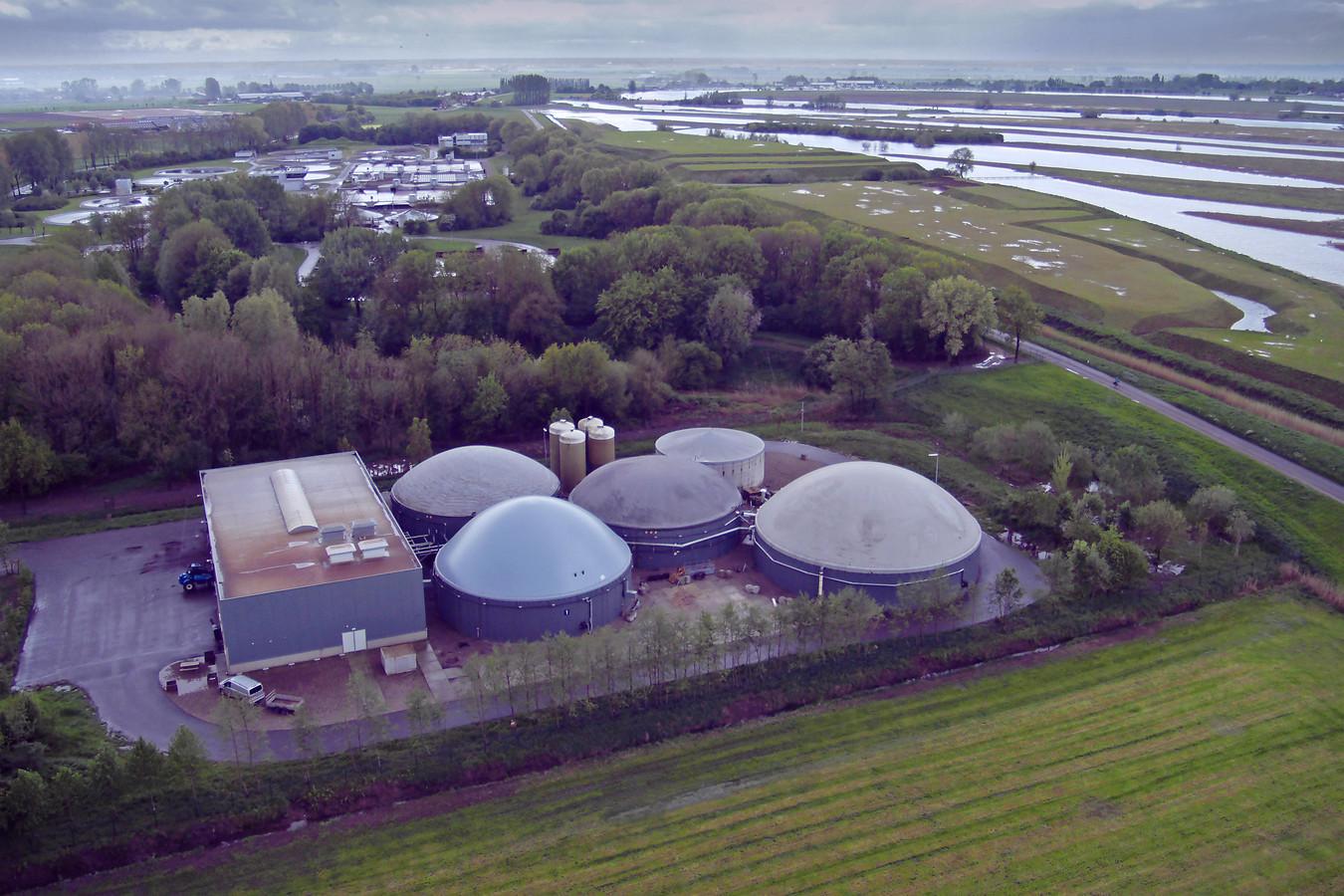 De mestverwerkingsinstallatie in Oijen met op de achtergrond de waterzuivering van waterschap Aa en Maas en rechts de Hemelrijkse Waard.