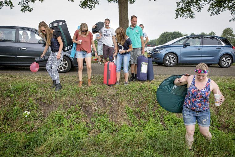 Bezoekers arriveren bij het festivalterrein van de Zwarte Cross. Beeld Herman Engbers