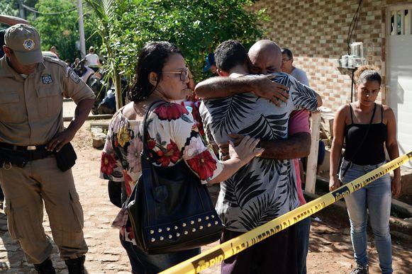 Mensen omhelzen elkaar bij de plek waar de gebouwen zijn ingestort.