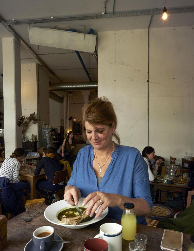 Yvette van Boven aan de lunch in een van haar favoriete restaurants in Dublin: The Fumbally Beeld Oof Verschuren
