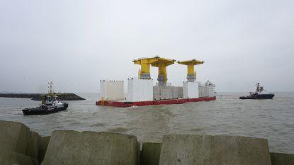 Collosale funderingen op weg naar Baltische zee na bouw in Oostende