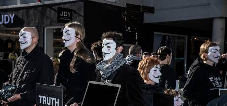 Esther Ouwehand doet mee met actie Anonymous for the Voiceless in Nijmegen