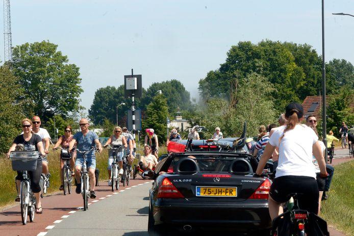 Drukte op de Bandijk, in Werkendam, richting de Biesbosch.