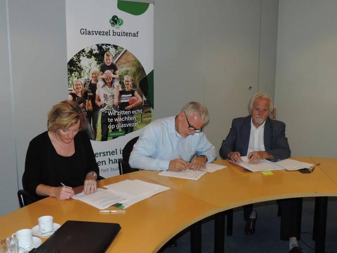 Ondertekening van het convenant door Marieke Frank (links) van Oost Gelre, Bert Berghoef (rechs) van Aalten en CIF/Glasvezel-directeur Piet Grootenboer, eind augustus.