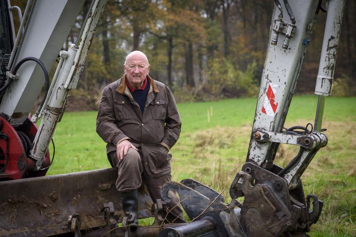 Werner Jan de Wilde, eigenaar van landgoed het Bocheler in Warnsveld zit op de graafmachine waarmee een stuk natuur in oude glorie wordt hersteld.