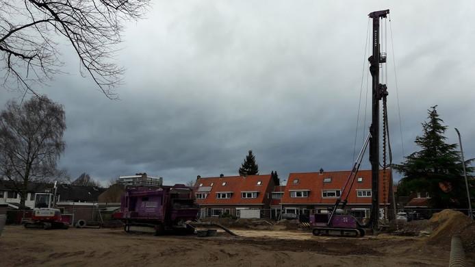 De eerste palen voor de school De Bijenkorf in Wageningen worden geheid.