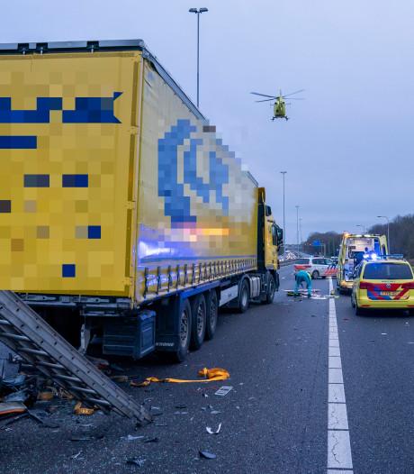 Vrachtwagen rijdt vrouw op snelweg aan: A27 richting Breda weer vrij