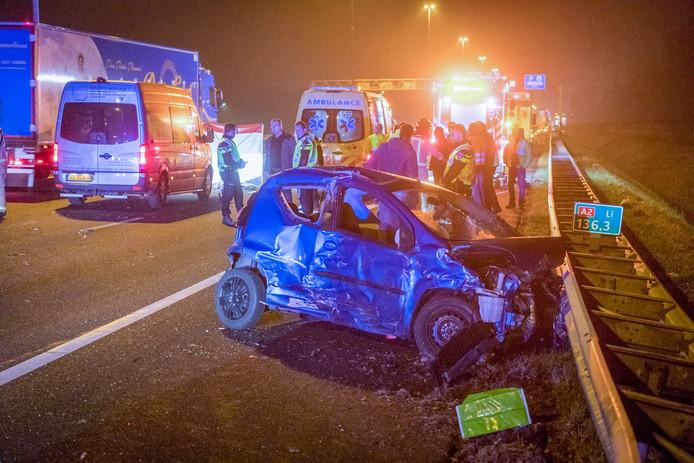 Een van de betrokken auto's na het ongeval op de A2.