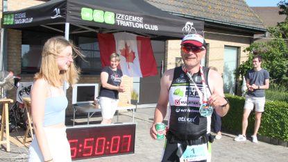 Jo (48) houdt thuis zijn geplande Ironman-triatlon, inclusief baantjes trekken in tuinzwembad