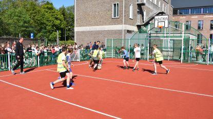 Zulte-Waregemspelers Sammy Bossut en Davy De Fauw sjotten sportkooi scholencampus in