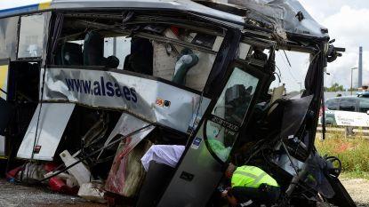 Zeker 6 doden en 25 gewonden bij busongeluk in Spanje