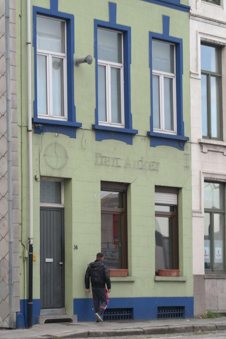 Eén van de krakers aan het pand in Gent dat vorige week gekraakt werd.