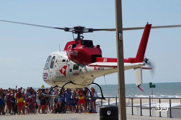 De mughelikopter landde op de zeedijk. De strandredders hielden de menigte op afstand.
