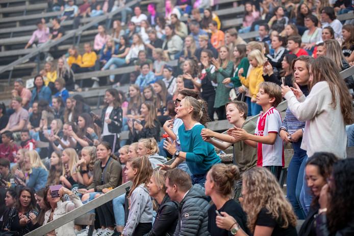 Veel jongeren kwamen gisteren hun idool aanschouwen in Ede.