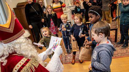 IN BEELD. Sinterklaas ontvangt kinderen in kasteel Wallemote