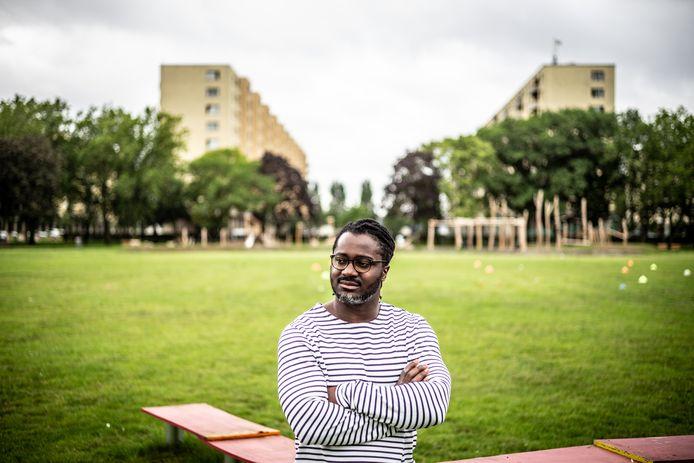 Stanley Aborah (33) naast het voetbalveld van het Antwerpse Luchtbal.