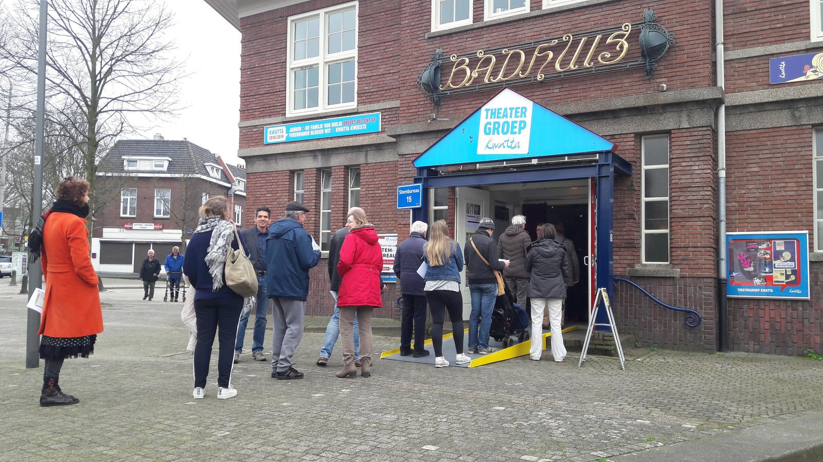 Lange rijen voor het stembureau aan de Tooropstraat in Nijmegen-oost.