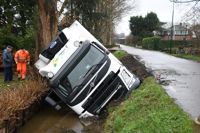 De vrachtwagen in Woerden is erg beschadigd.