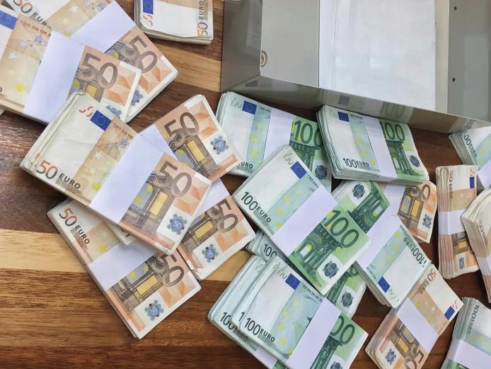 Bij de invallen werd een aanzienlijk bedrag in contanten aangetroffen.