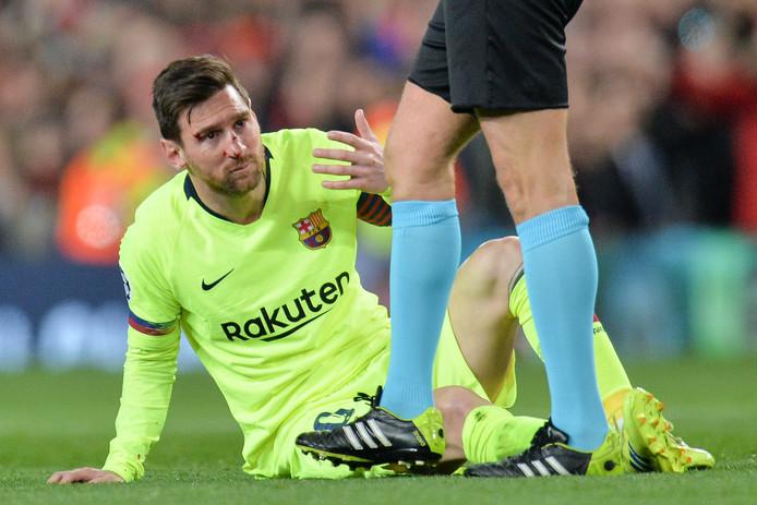 Lionel Messi is in zijn gezicht geraakt.