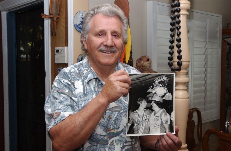 Jan Roolvink, de voormalige mascotte van de Los Angeles Aztecs, toont een gesigneerde foto waarop hij samen met Johan Cruijff staat. Beeld Griselda Molemans