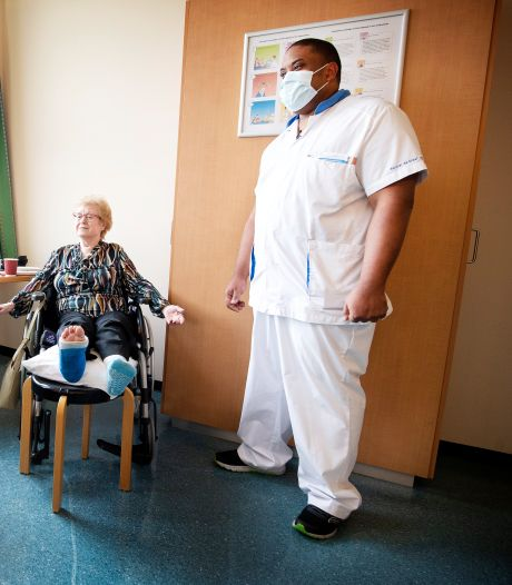 Defensieminister Bijleveld bezoekt militaire verpleegkundigen in Reinier de Graaf