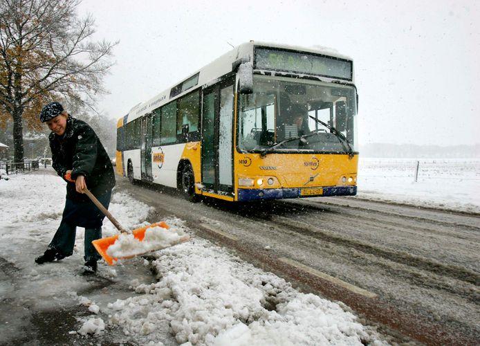 Een streekbus van vervoerder Syntus trotseert de sneeuw in het Gelderse Laren. De vervoerder legde het vervoer op de weg en over het spoor stil vanwege de hevige sneeuwval.