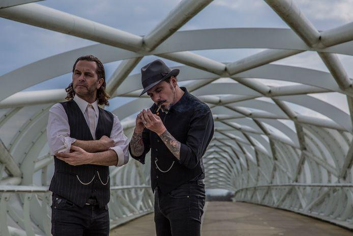 Zanger/gitarist Tony de Bruijn (links) en basisst Patrick de Kok van Vals Licht uit Hilvarenbeek.