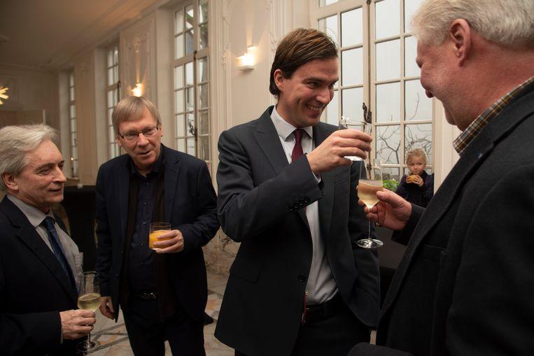 Mathias De Clercq heeft in Gent de eed afgelegd als burgemeester in aanwezigheid van zijn gezin, familie en zijn vader Yannick.