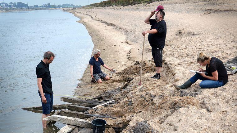 Het bootje wordt een klein beetje uitgegraven om het te kunnen beschrijven en opmeten. Beeld Marcel van der Bergh / de Volkskrant